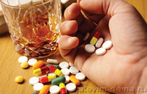 Стакан шампанского и антибиотики в руке человека