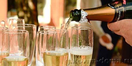 Разливаем хорошее шампанское на несколько высоких бокалов