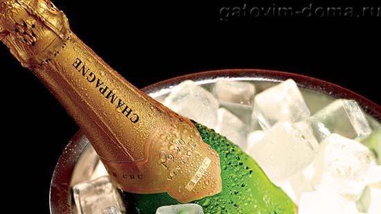 Упакованное французское шампанское в корзине со льдом