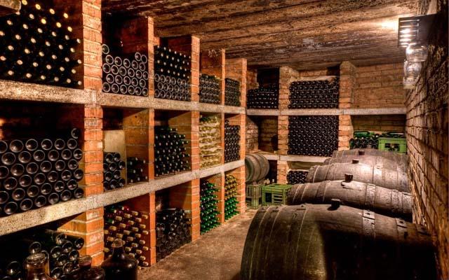 Выдержка вина в стеклянных и деревянных емкостях