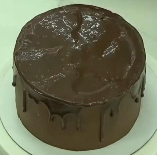 Шоколадная глазурь на поверхности торта с абрикосами