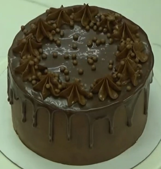 Готовое оформление шоколадного торта с шоколадной глазурью и кремом